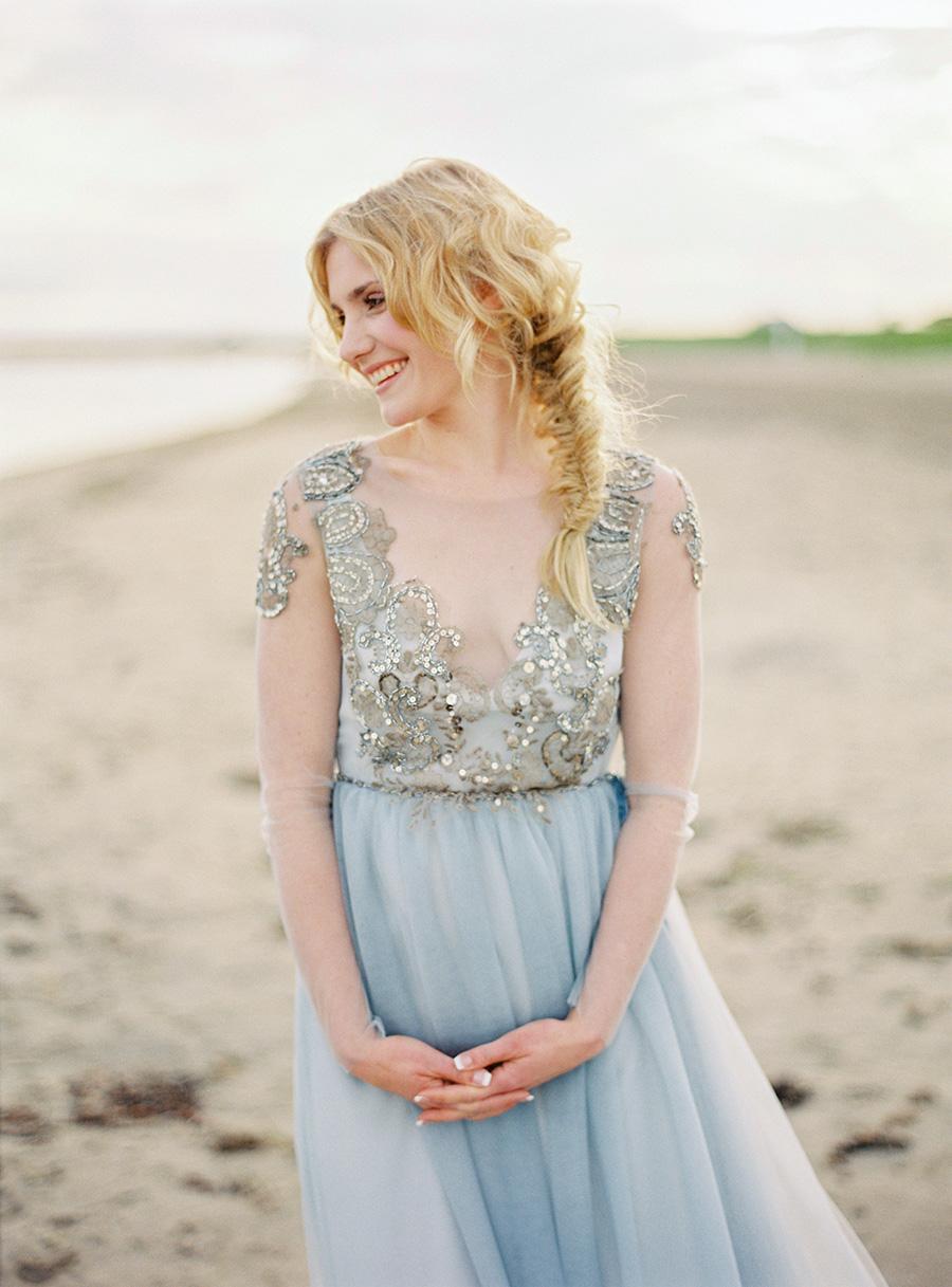 färgad brudklänning med vackra detaljer