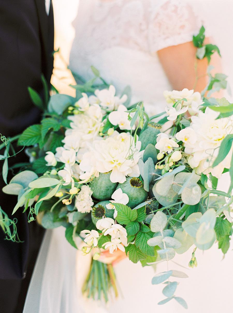brudbukett i vitt och grönt the wild rose